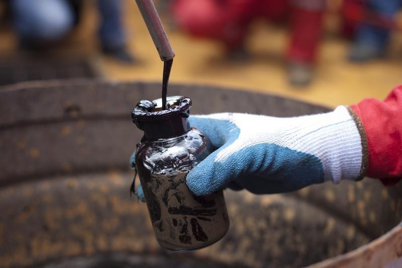 Aşı onayı ile yükselen petrol, üretimdeki aksaklık ve stoklarda düşüş beklentisiyle 71 doları aştı