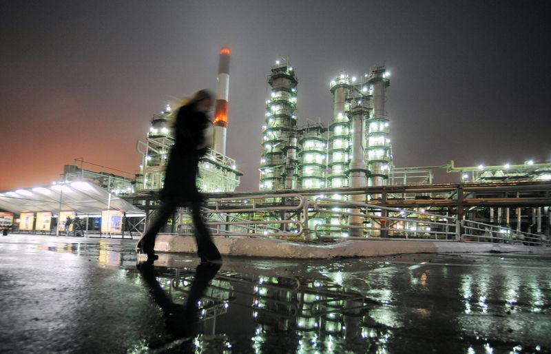 Petrol, yüksek dolar ve ABD'nin kule sayımındaki artış ile düşüş yaşadı